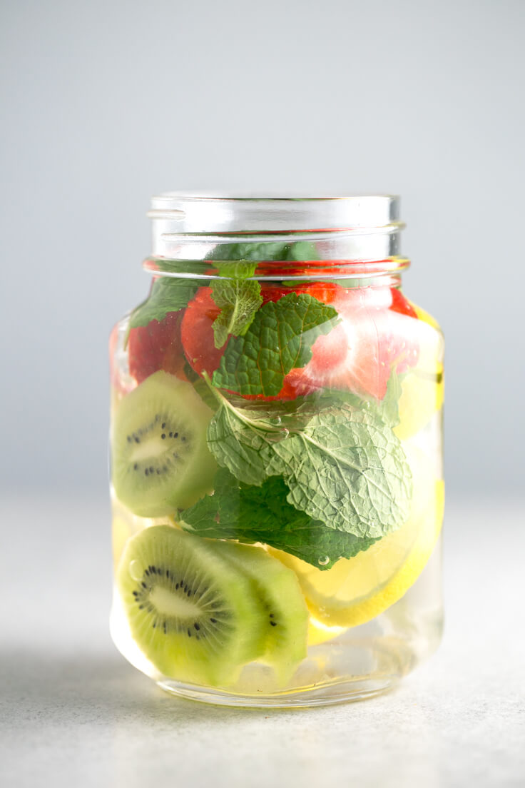 Water with fruits: It is important to hydrate throughout the year and especially in hot weather. If you have trouble drinking water, you should try the waters with fruits.