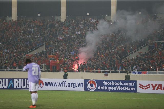 VFF bị AFC phạt cực nặng vì CĐV đốt pháo sáng