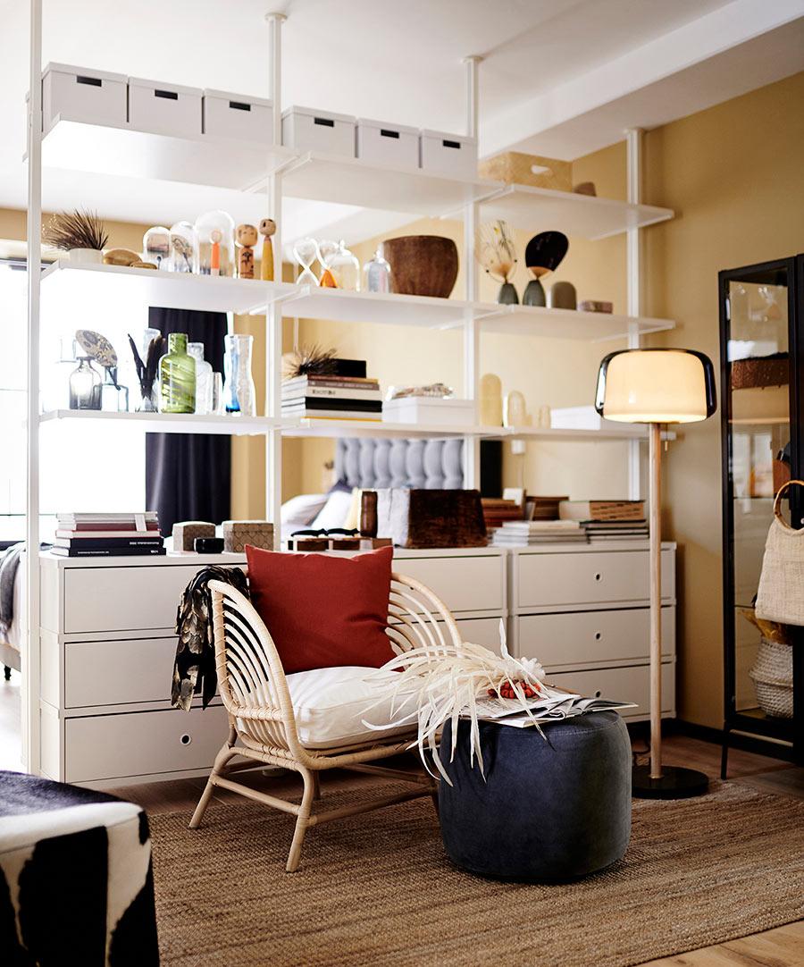 catalogo ikea 2020 dormitorio mueble blanco separador de espacios con sillón fibras naturales y cojín rojo