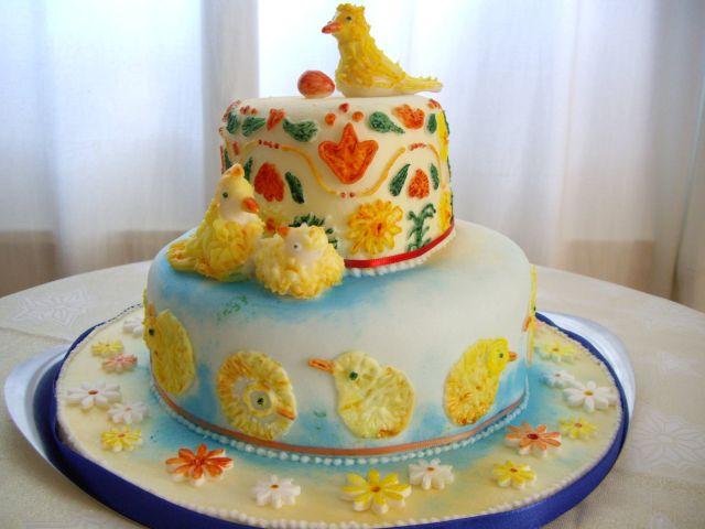 Doppelstöckige Torte mit Tauben und Pinselstickerei