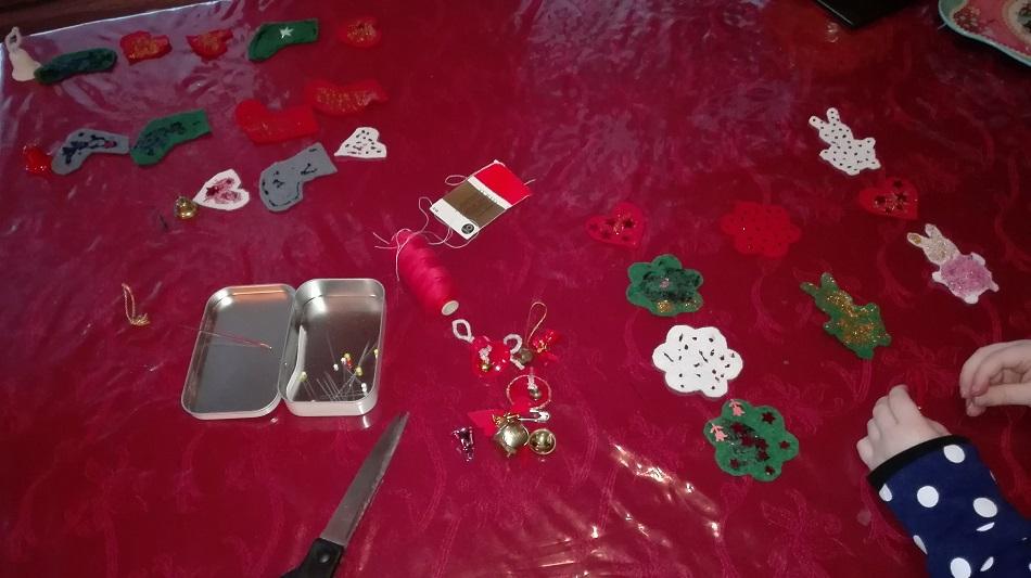 joulukoristeita valmistumassa