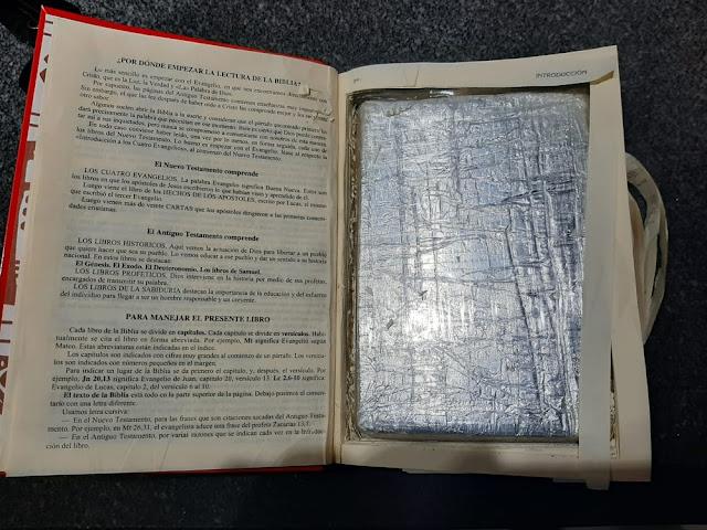 Em fiscalização, Polícia Rodoviária encontra cocaína escondida em bíblia e prende mulher por tráfico em Piquerobi