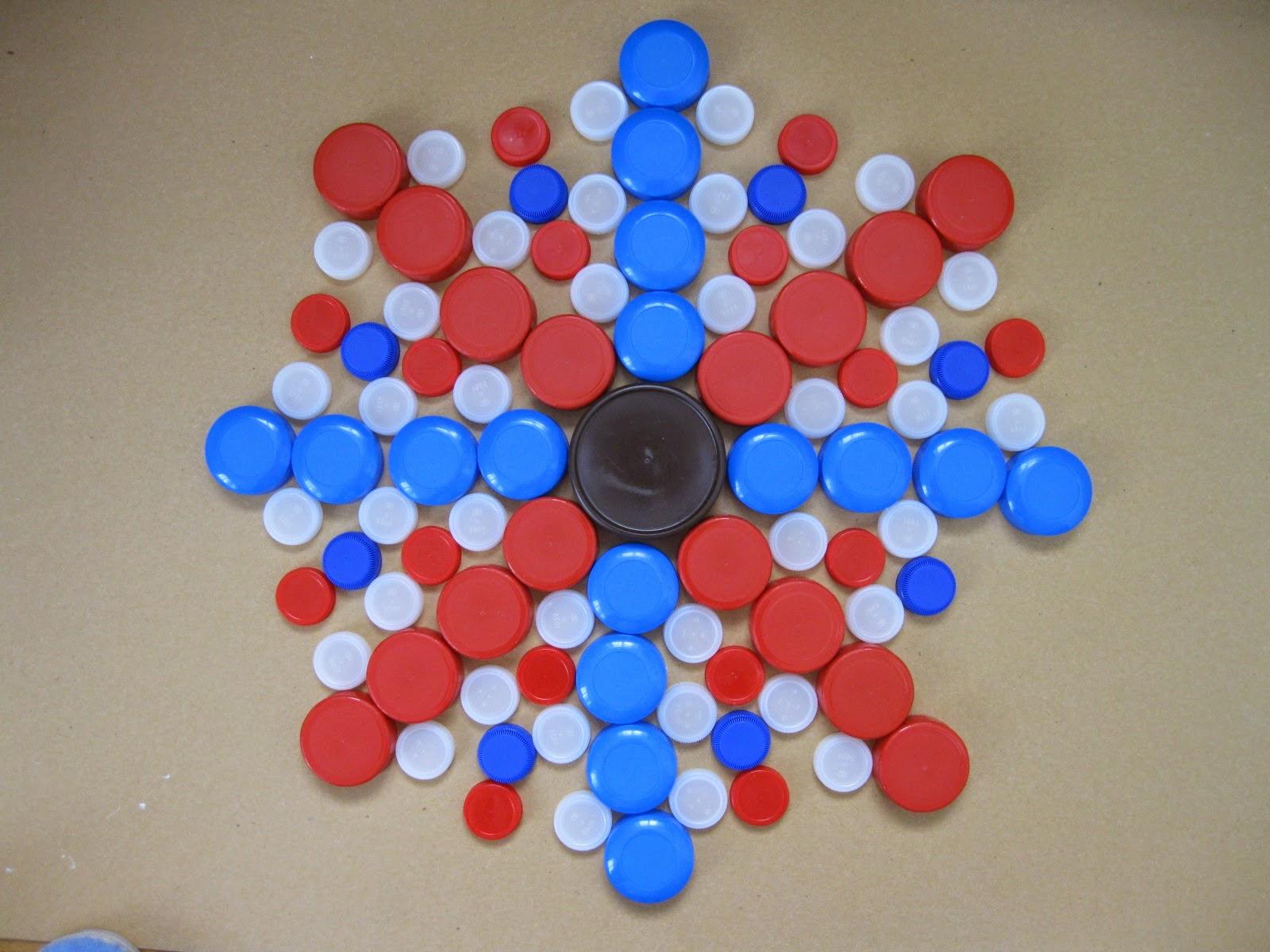 que faire avec des bouchons plastiques le centre de la fleur est form par des bouchons. Black Bedroom Furniture Sets. Home Design Ideas