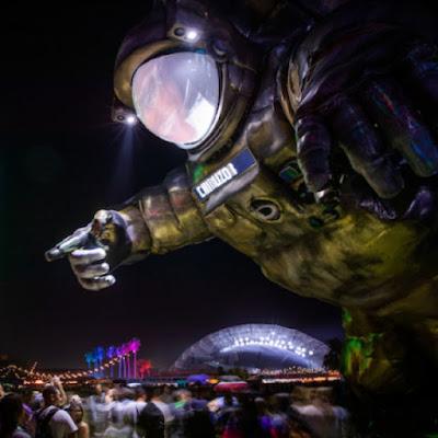 Instalación de arte Overview Effect de Poetic Kinetics en Coachella 2019