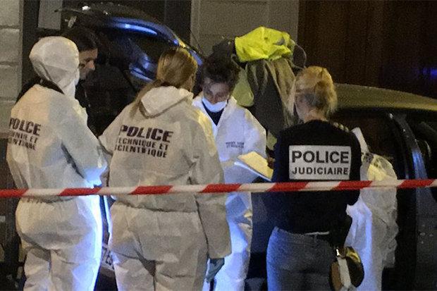 Mobil menabrak kerumunan di luar bar - beberapa terluka
