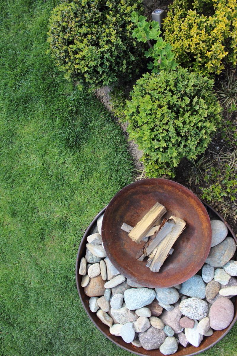 Garten im April bei kebo homing, Rasen, Beeteinfassung, Feuerschale Corteenstahl, Buchbaum Beet,  Formschnitt, Frühling