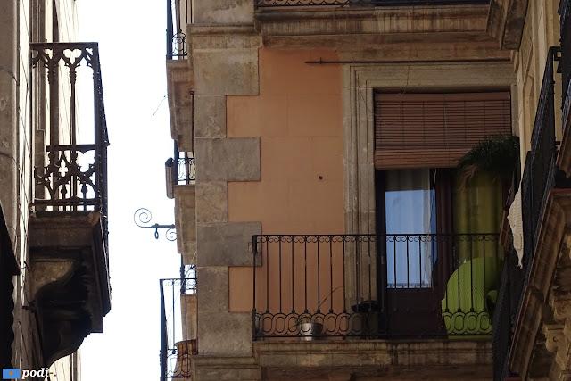 Al costat de la plaça de sant Miquel i el carrer d'en Ferran, el pas de l'ensenyança