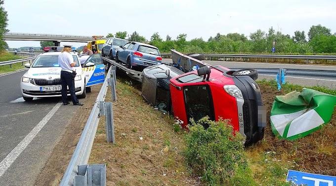 Autószállító tréler borult fel az M5-ösön