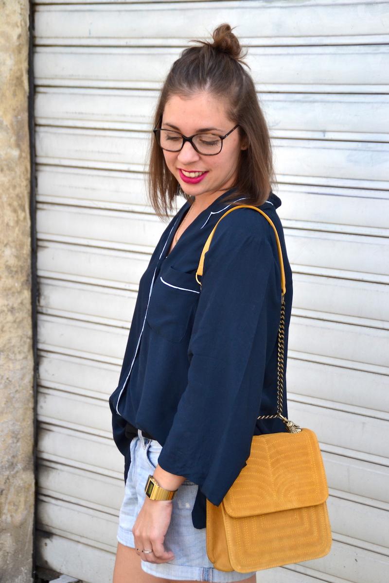chemisier pyjama bleu marine H&M, sac jaune moutarde Zara