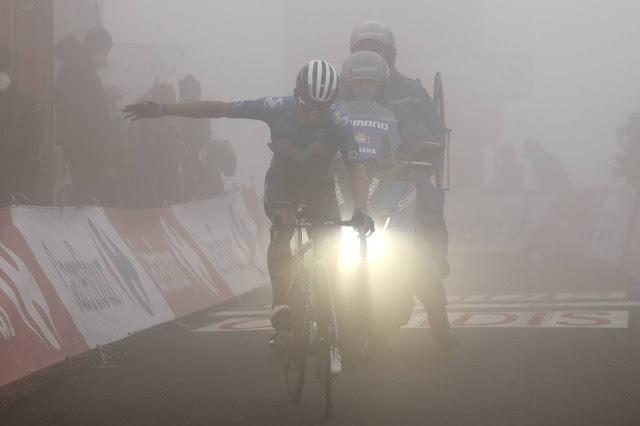 Sob forte neblina, Miguel Ángel López comemora triunfo na etapa rainha de La Vuelta