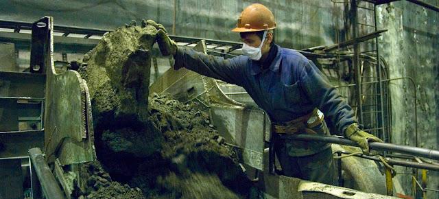 Un minero trabajando en un lugar de extracción de minerales en Murmansk, en el extremo noroeste de Rusia. OIT/MArcel Crozet
