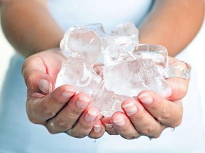 Cara menggunakan es batu untuk kecantikan