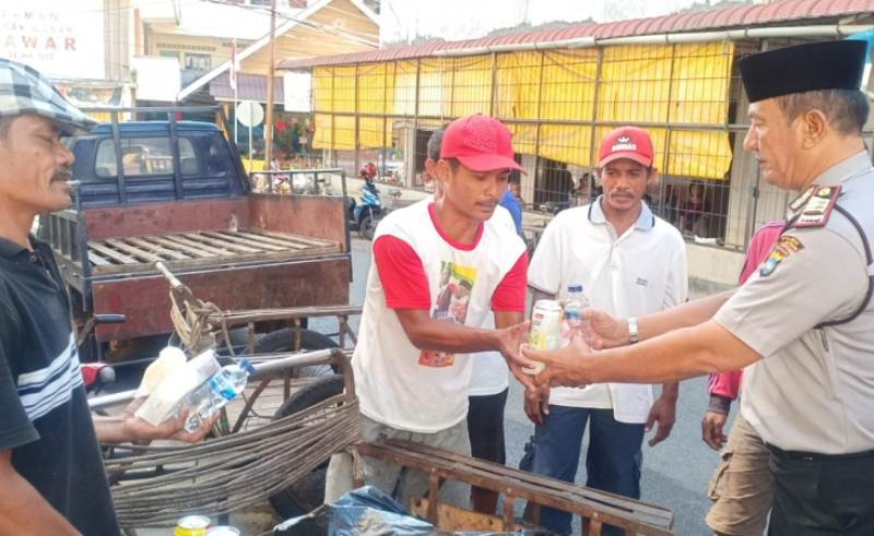 Jumat Barokah, Polsek Tanjungpinang Barat Berbagi Makanan dengan Warga