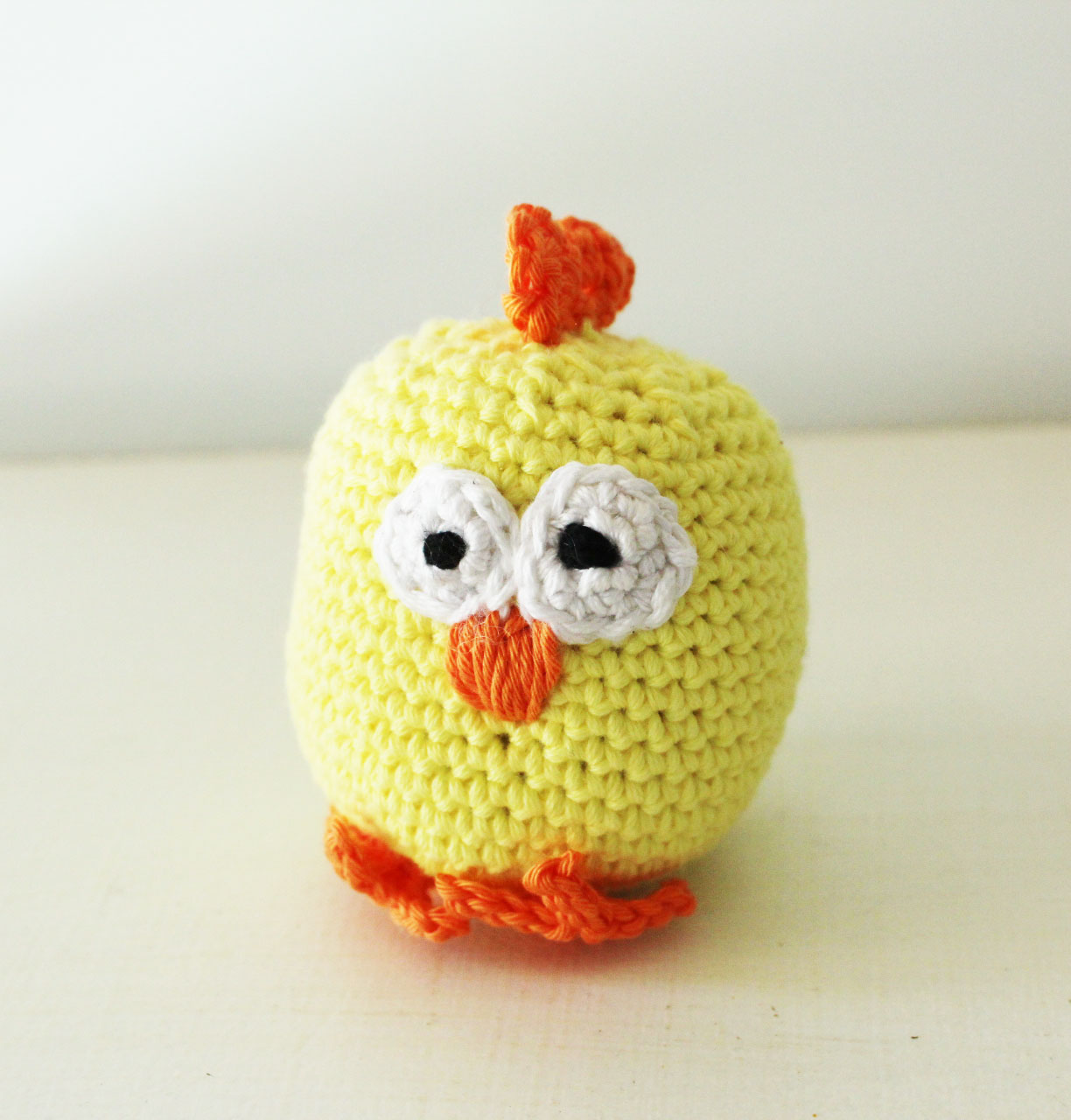 Crochet an Easter Chicken - Free pattern - Akamatra