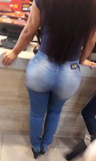 Morena caderas anchas jeans apretados