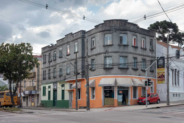 Um pequeno edifício na Rua Inácio Lustosa