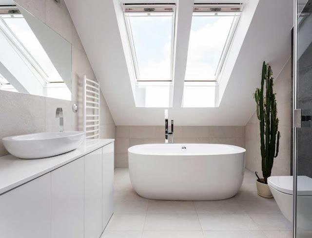 Badezimmer Dachgeschoss Dachschräge Fenster