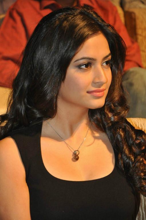 Gorgeous and splendid Kriti kharbanda hot in black