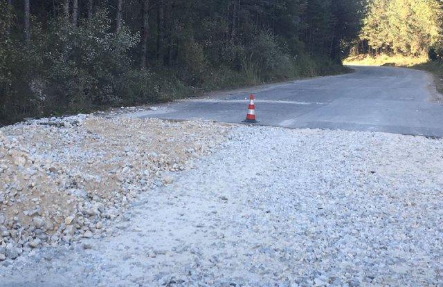 Край на дупките по пътя Сърница - Доспат. Извършва се цялостен ремонт.