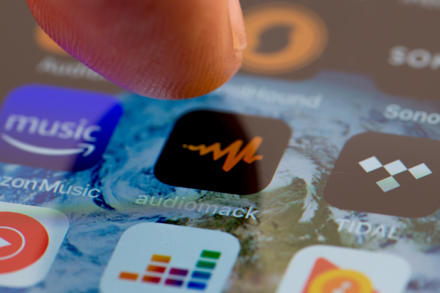 تطبيق Audiomack عبارة عن منصة استضافة واستكشاف مجانية وغير محدودة للفنانين والمعجبين. يتلقى الفنانون مساحة تخزينية غير محدودة وإحصائيات متقدمة وروابط خاصة والمزيد.