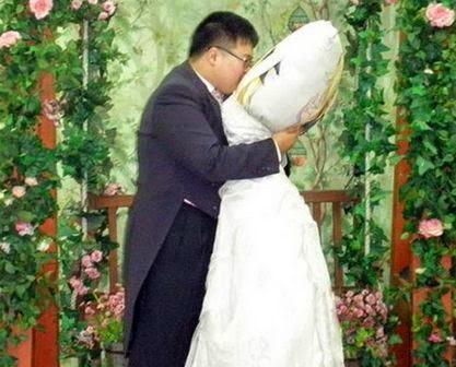زواج رجل من مخدته
