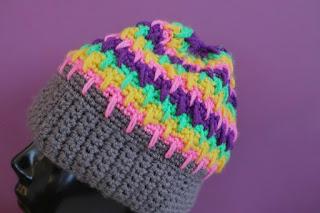 szydełkowa czapka w paski na zimę