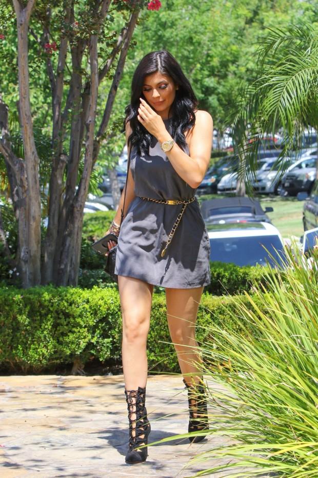 Kylie Jenner de vestido e bota