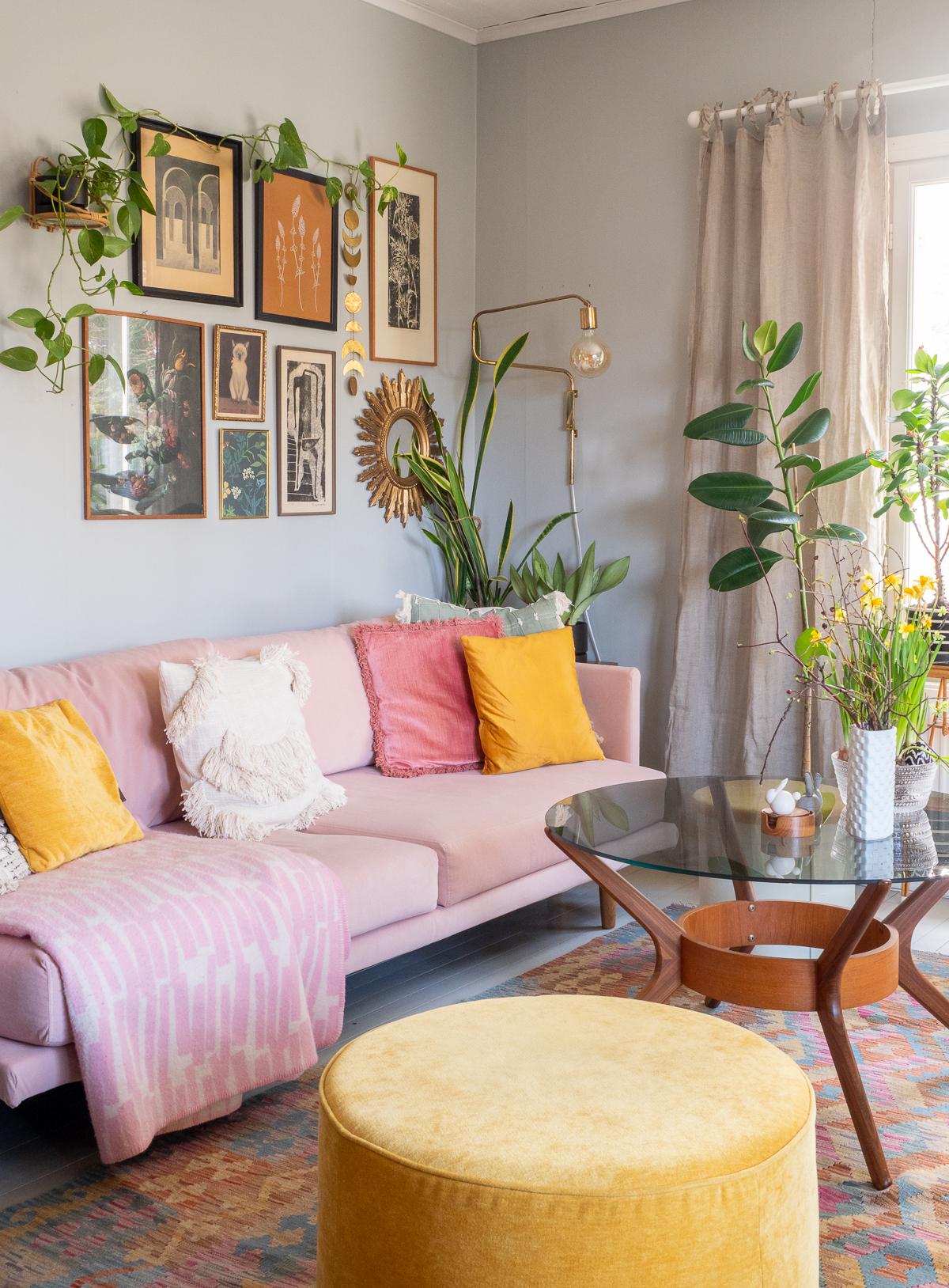vaalenapunainen sohva