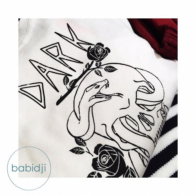dark tete de mort inscrit sur un t-shirt fille