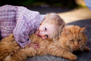 Los niños que crecen con gatos y perros son emocionalmente más inteligentes y compasivos