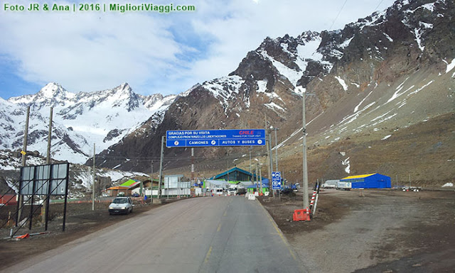 Placa anuncia ponto da fronteira entre Chile e Argentina nos Andes