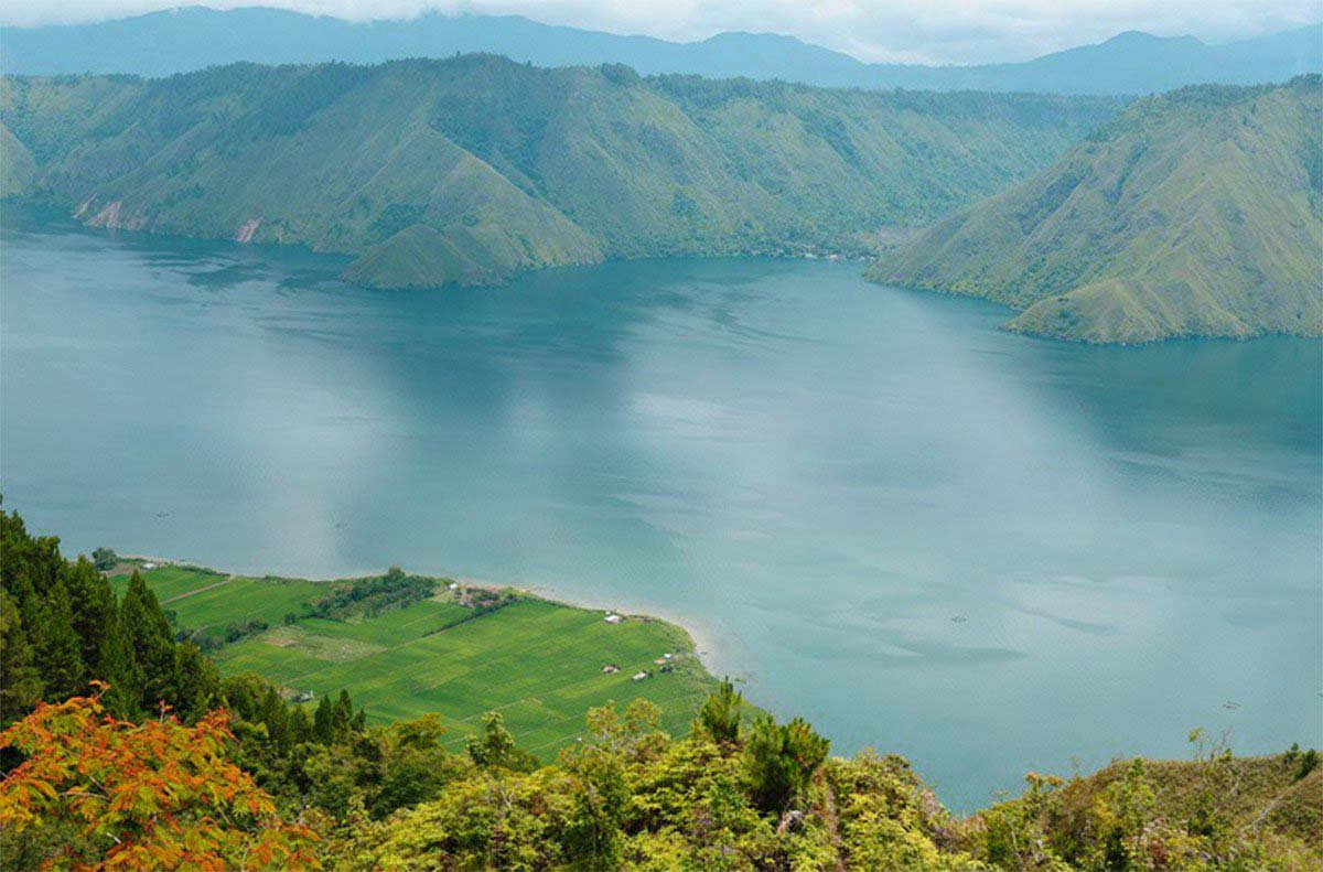 Lake Toba is an amazing natural tour. Cool air, coupled with the blue waters of the lake that became a bathing place - batak fish. With green surrounded by pine trees that add tranquility in this place. In the middle of the vast expanse of Lake Toba, there is one island called the island of Samosir.
