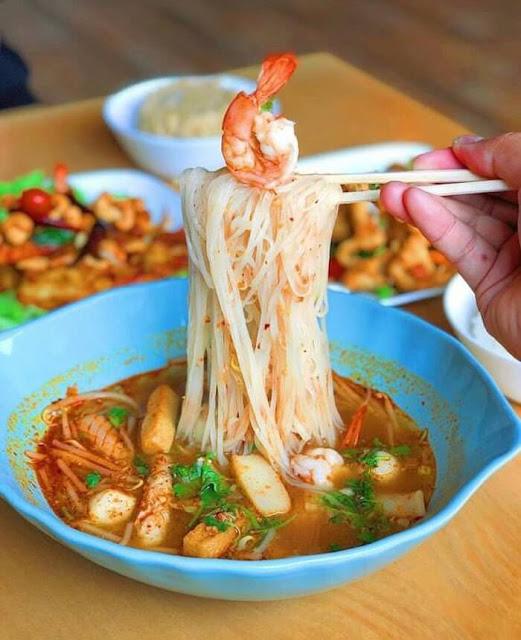 Món ăn này còn có tên gọi khác là Tom Yum Goong, một đặc sản của người dân Thái Lan. Súp tôm chua cay muốn dậy vị, thơm ngon không thể thiếu tôm tươi, nước cốt dừa, ngò, ớt, sả, gừng và chanh. Điểm nhấn của món là nước dùng có vị cay nồng nhẹ, ngọt dịu vừa phải, quyện vị với các topping đi kèm thêm đậm đà.