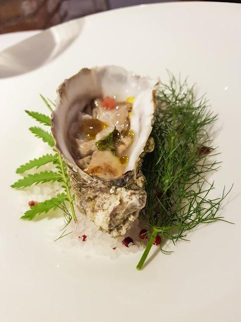 Ostrica speziata con maionese di cavolfiore, gel di pepe nero e pompelmo rosa-Pascucci al porticciolo
