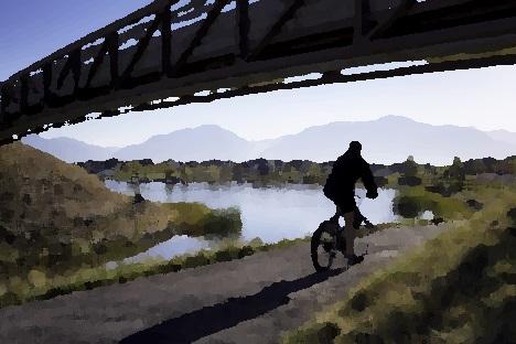Andando de bicicleta ao amanhecer.