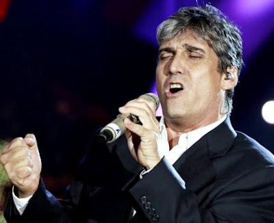 Foto de Guillermo Dávila cantando en concierto
