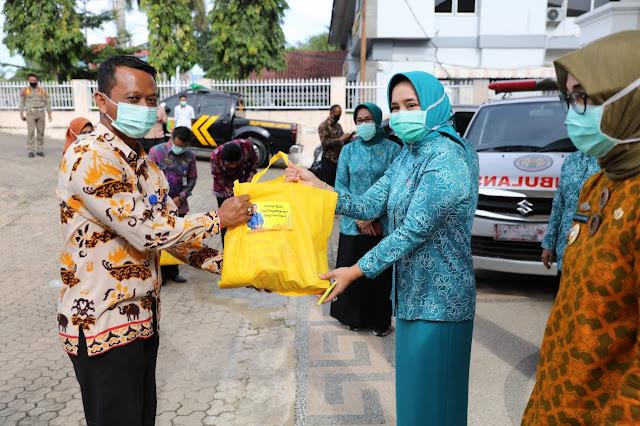 Ibu Riana Arinal Serahkan Bantuan Sembako untuk Petugas Non Medis RSUD Abdul Moeloek