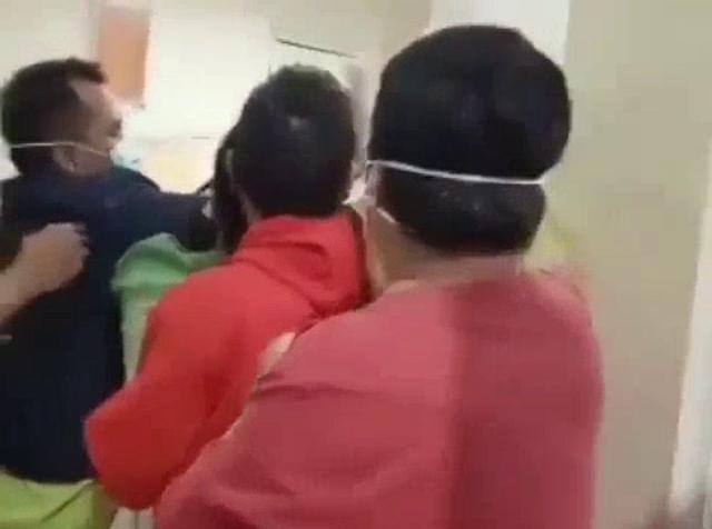 Tak Terima Penguburan Secara Prokes, Keluarga Pasien Amuk Perawat dengan Gunting.lelemuku.com.jpg