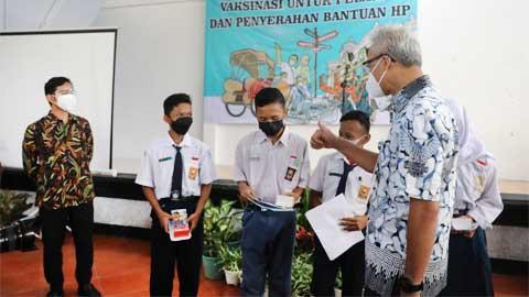 Ganjar Pranowo dan Walikota Gibran Rakabuming Pimpin Vaksinasi Pelajar