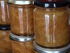 Cebolla caramelizada cocinada en tarros de cristal y en olla a presión, fácil y rápido.