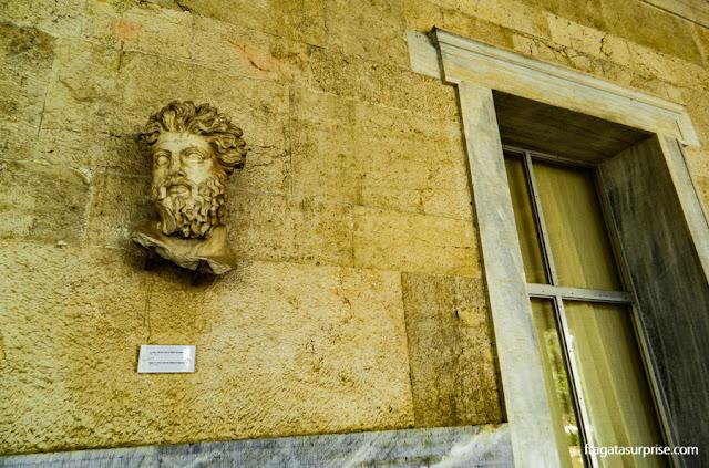 Cabeça de tritão na fachada do Museu da Ágora Antiga de Atenas, na Estoa de Átalo