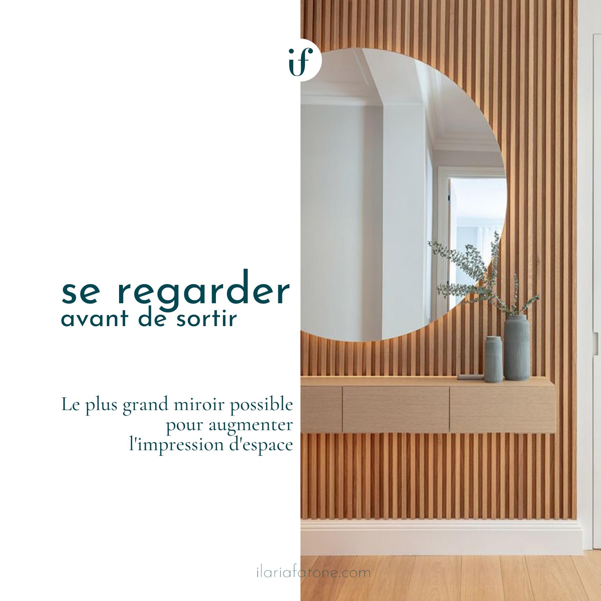 image d'une entrée avec grand miroir rond et parement en bois