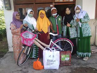 Fatayat NU Kencong Beri Sepeda Kepada Siswi Yang Terpaksa Berjalan 5 Km ke Sekolah