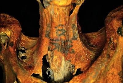 Descoberta de múmia com tatuagens no pescoço revoluciona estudo dessa arte