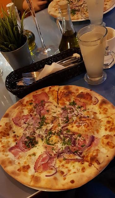 Jedz Pij Tańcz Gdynia White Horny Lady grzane białe wino pizza Carbonara