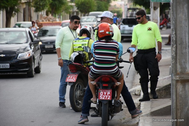 Agentes de Trânsito combatem o transporte clandestino de passageiros em Santa Cruz do Capibaribe