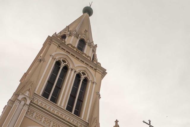 A Catedral de Curitiba - detalhe de uma torre