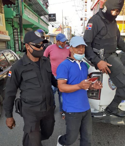 Video: Apresan 15 personas y cierran establecimiento en Santo Domingo Oeste