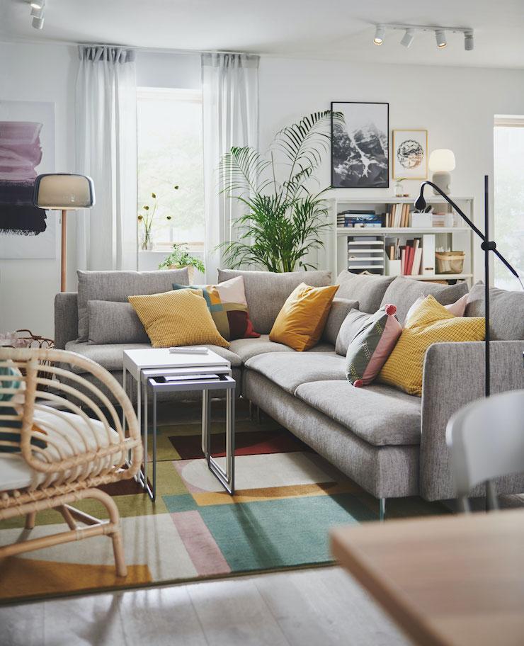 Salones nuevo catálogo IKEA 2021: salón con sofá en esquina abierta.