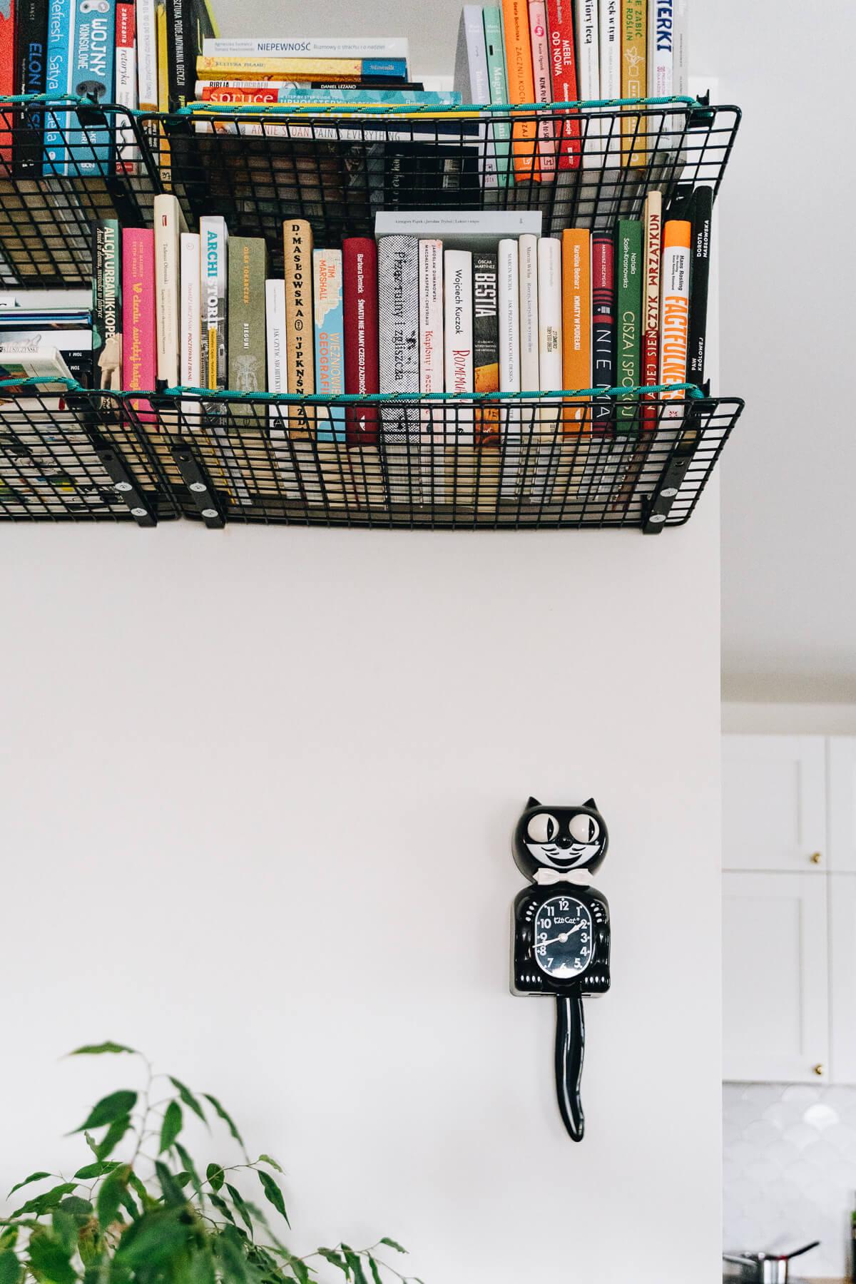 czarny zegar w kształcie kota, który rusza oczami i ogonem